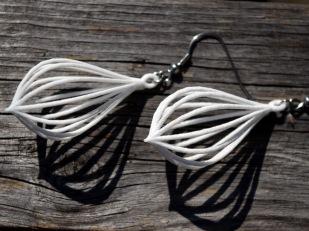 Teardrop earrings in white